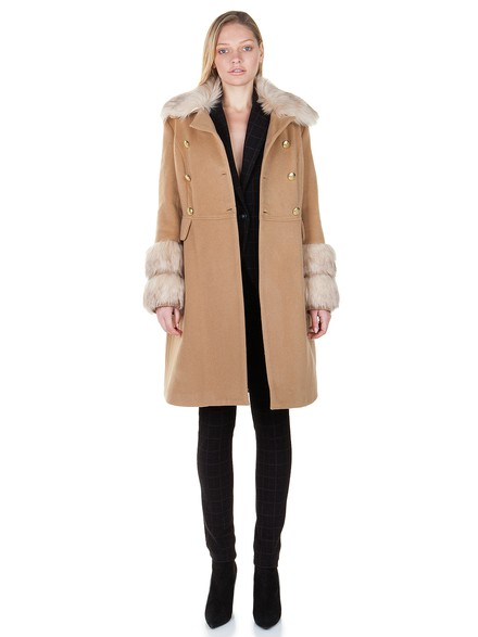 Coat with fur at the sleeves